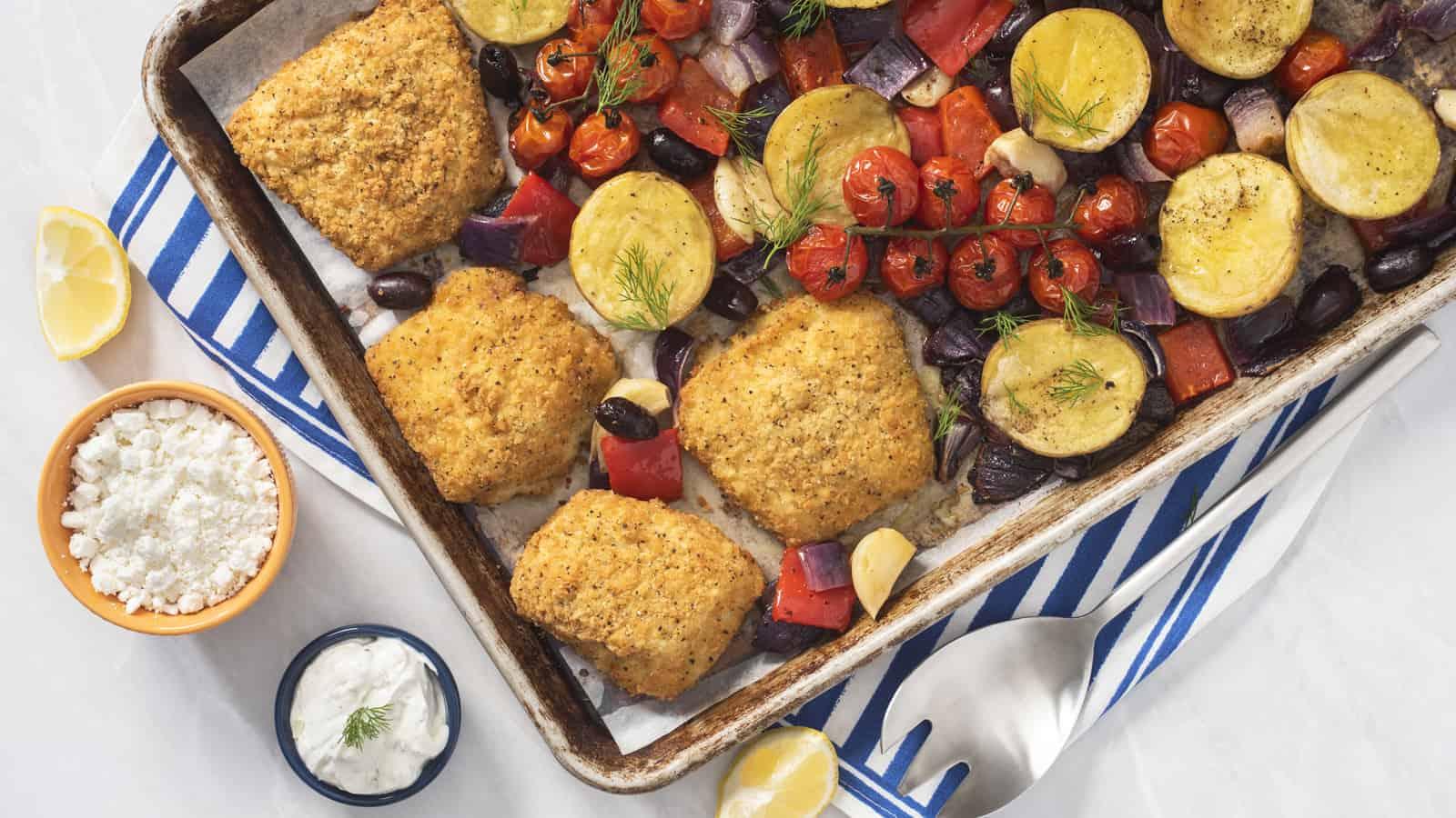Dîner au poisson grec croustillant sur plaque